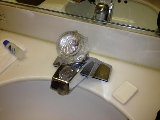 Budget Inn of Hayward: dirty faucet