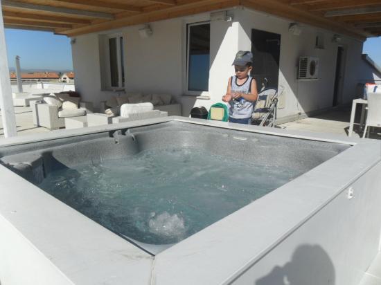Hotel Coelho: la terrazza con idromassaggio...