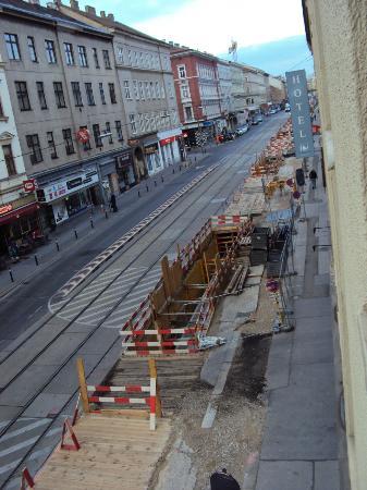 Hotel Exe Vienna: Obra grande na rua na frente do hotel atrapalhava a entrada