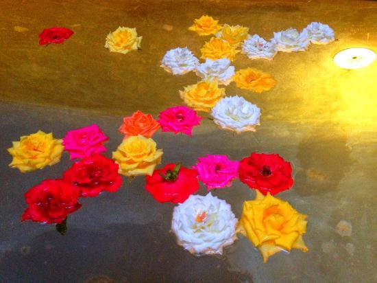 Riad Dar One: Pool of flowers
