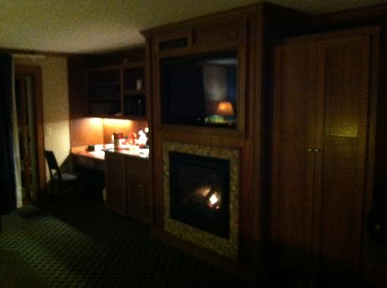 The Inn on Madeline Island: Bar, Fireplace, TV
