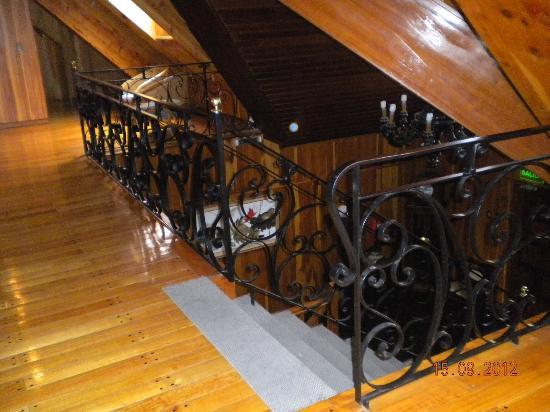 Hotel Fazenda Carioca: Escalera para bajar del primer piso