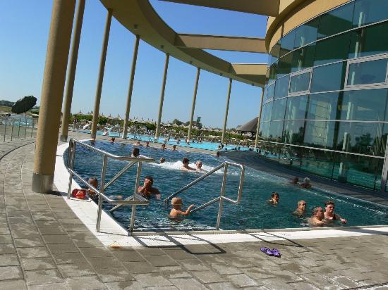 St. Martins Therme & Lodge: Uno scorcio delle piscine esterne
