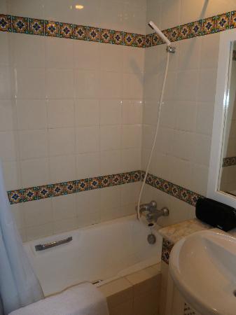 Les Maisons Des Jardins : shower was quite good