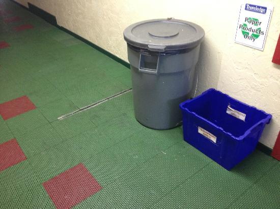 Days Inn Victoria Uptown: Garbage can in hallway