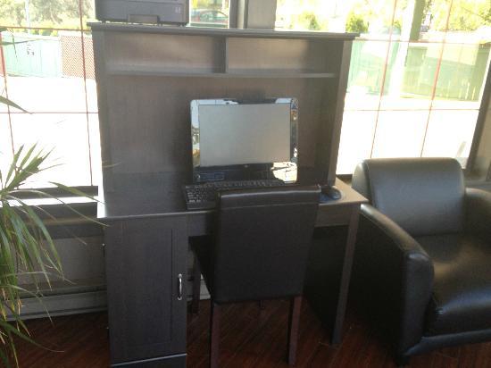 Days Inn Victoria Uptown: Computer in lobby