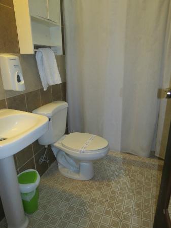Hotel Los Balcones De Leon: bathroom