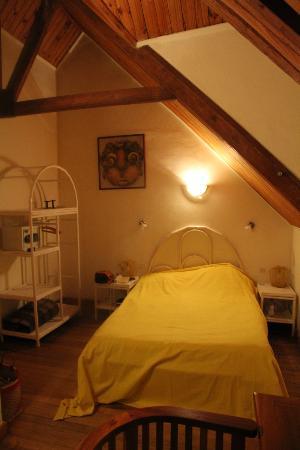 petite chambre mansardée soit-disant supérieure - Picture of Tsara ...