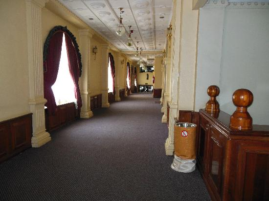 Grand Imperial Hotel: hallway by rooms