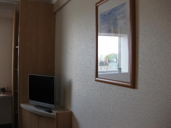 Ibis Rennes Centre Gare Sud : 部屋には小さな液晶テレビ