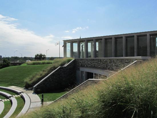 Virginia War Memorial : Amphitheater and Shrine of Memory