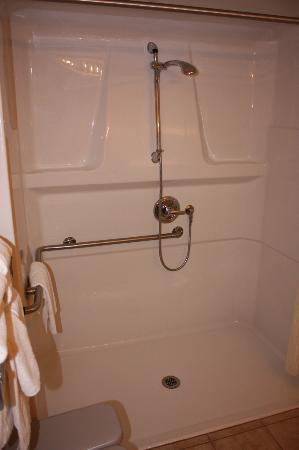 Howard Johnson Hotel and Suites Victoria Elk Lake: Handicap shower