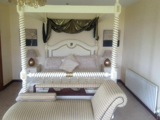 Stella Maris B&B: four poster bed and chaise longue at foot of bed
