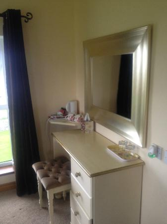 Stella Maris B&B: dressing table, tea facilities in corner