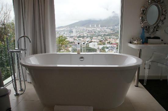 Boutique Manolo: Offenes Badezimmer mit freistehender Badewanne