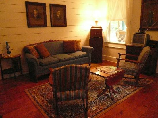 The Cajun Village Cottages: Cozy Living Room