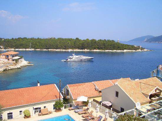 Porto Fiscardo Apartments: Beautiful boats pass by every day....