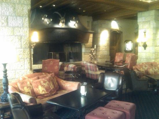 Gstaad Palace Hotel: The fireplace in the Lounge bar area