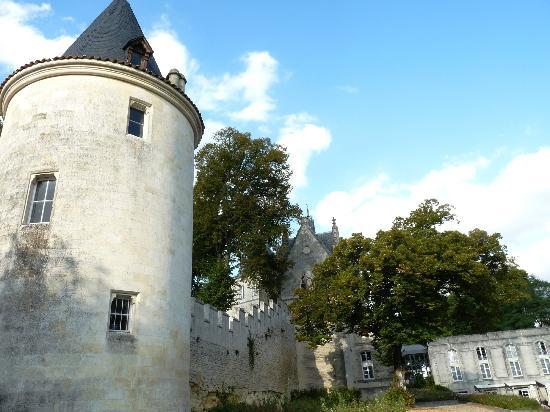 Chateau de Mirambeau: une tour