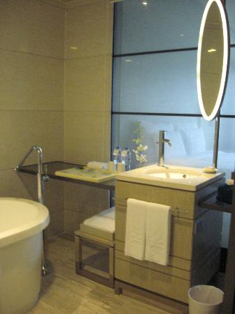 Hotel Nikko Saigon: Bathroom in Standard room