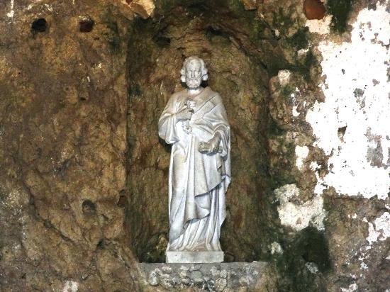 St Pierre Kilisesi: La statue de St Pierre au dessus de l'autel