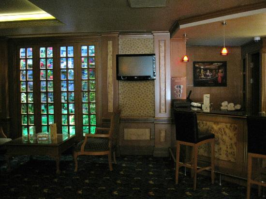 Oran Hotel: Entrada y sala de estar en la planta baja del hotel