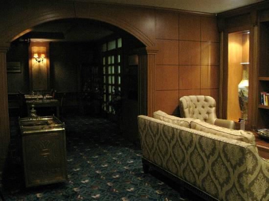 Oran Hotel : Entrada y sala de estar en la planta baja del hotel