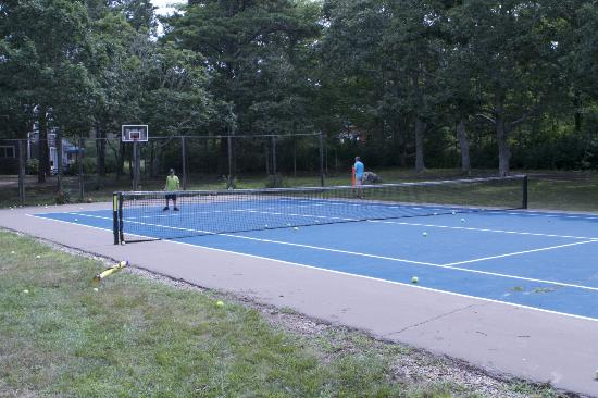 Menemsha Inn and Cottages: tennis court
