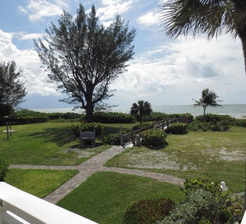 Sanibel Cottages Resort: Walkway to beach