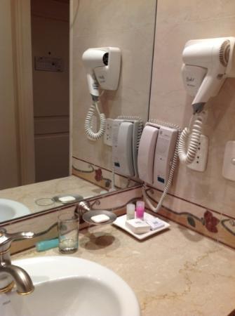 Hotel Reconquista Garden: Detalle baño con amenities