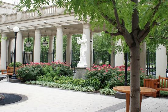 Schermerhorn Symphony Center: pleasant outdoor court area