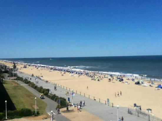 BEST WESTERN PLUS Oceanfront Virginia Beach: Virginia Beach Broadwalk from Best Western Hotel