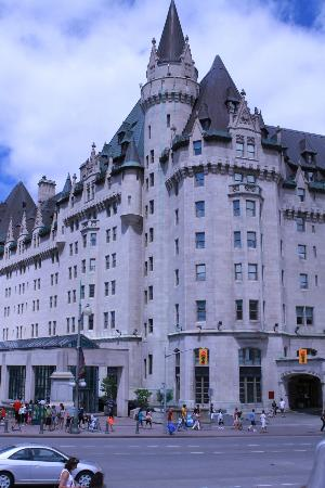 Fairmont Chateau Laurier: Rideau Canal side of hotel