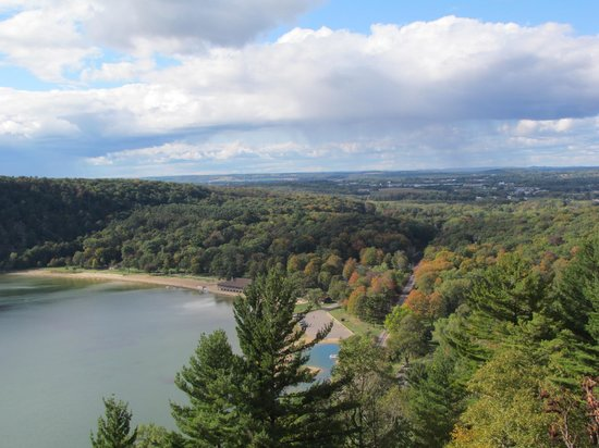 Devil's Lake State Park: Great view of Devil's Lake and Baraboo in the distance