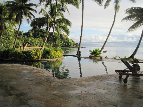 Beqa Lagoon Resort: Partial view of pool looking to the shoreline. (Infinity pool & ocean in background)