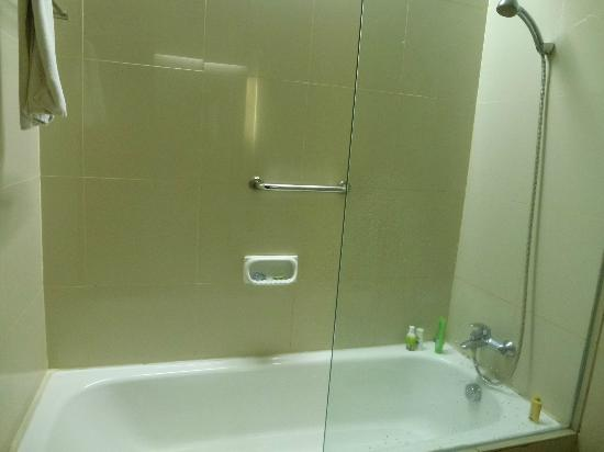 Cemara Hotel: Bathroom