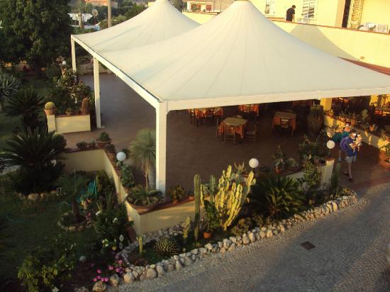 Damanse Hotel: ristorazione all'aperto