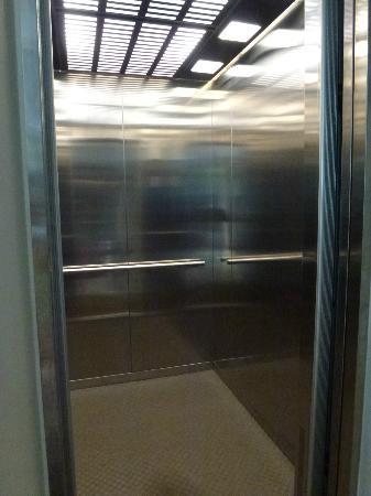 Cemara Hotel: Lift