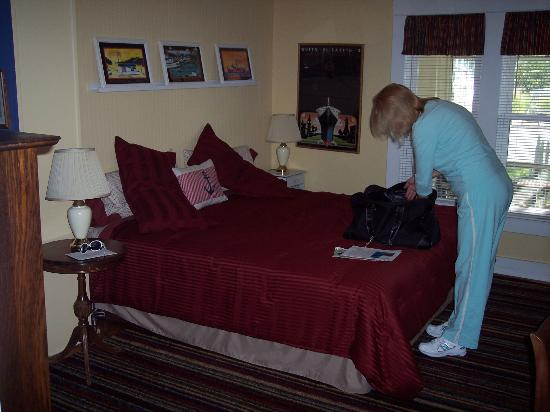 The Black Duck Inn and Dockside Cafe: King size bed