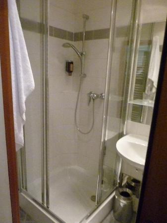 Hotel Alpha: la doccia