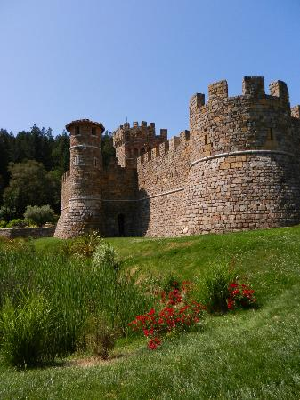 Castello di Amorosa: The castle as you approach- wonderful!!