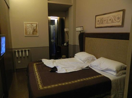 Condotti Palace: habitación de noche, de día era muy luminosa y con balcón