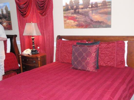 Saint Simons Inn by the Lighthouse: Comfy bed 