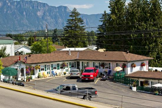 Creston Valley Motel : many units have parking right out your door