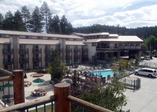 The Lodge at Big Bear Lake, a Holiday Inn Resort: Hotel front & pool as seen from our balcony