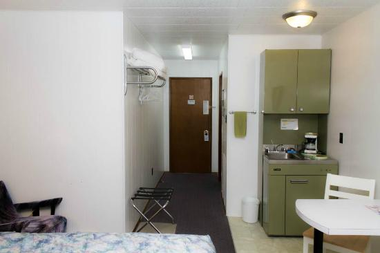 Creston Valley Motel: king bed kitchenette unit