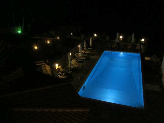 Yalis Hotel: Swimming pool at night