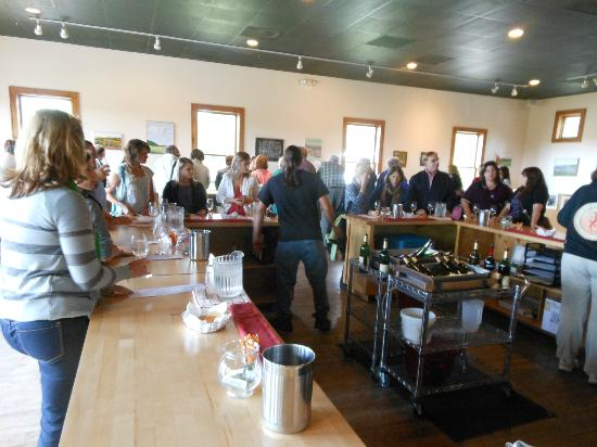 Red Newt Cellars Winery & Bistro: Vino tasting room