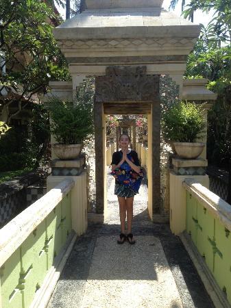 The Tanjung Benoa Beach Resort Bali: Walkway to pool and rear-area rooms