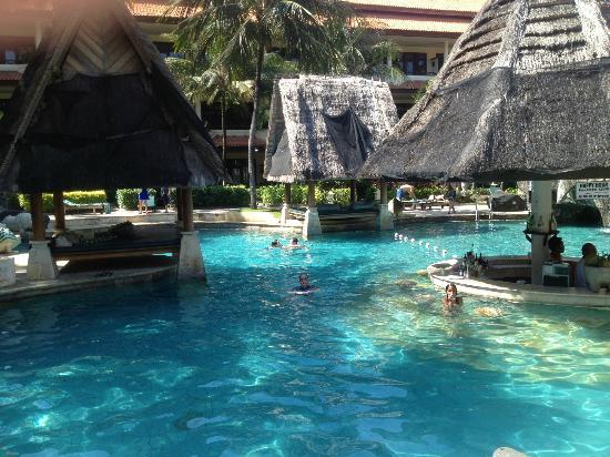 The Tanjung Benoa Beach Resort Bali: Pool with swim-up bar and (broken) whirlpools.